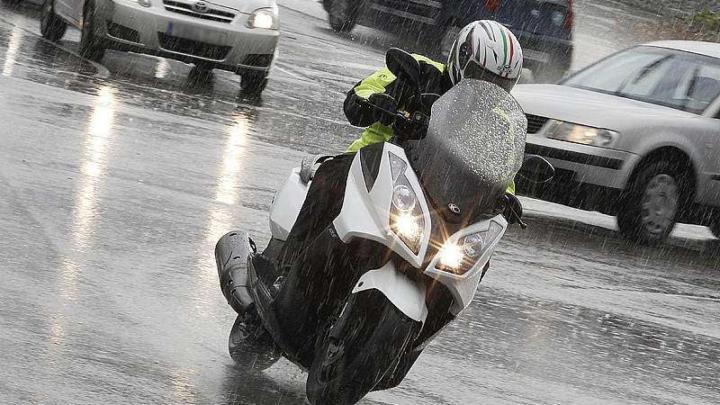¿La lluvia quiere cambiar tus planes de ir en moto?